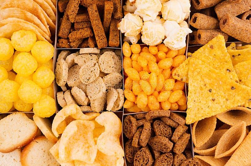 Verschillende Mexicaanse biersnacks als achtergrond, close-up, hoogste mening Snel voedselachtergrond royalty-vrije stock afbeelding