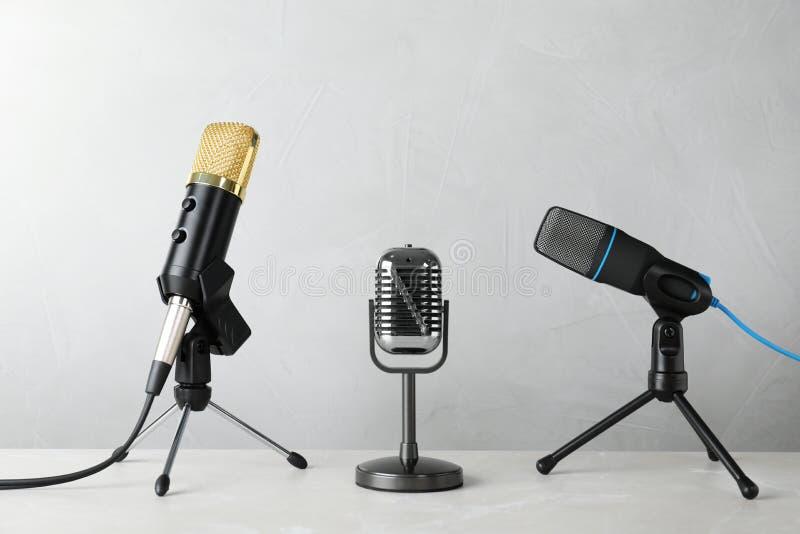 Verschillende microfoons op lijst stock fotografie