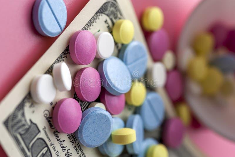 Verschillende Multicolored Pillen op Honderd Dollarsrekeningen stock foto's