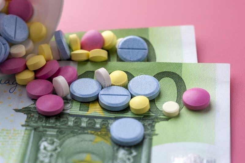 Verschillende Multicolored Pillen op Honderd Euro Rekeningen stock afbeeldingen