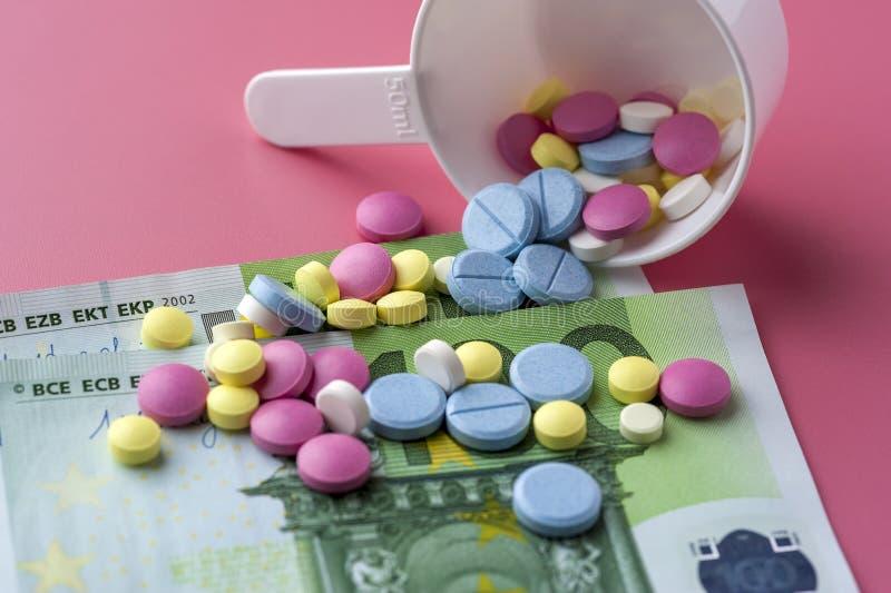 Verschillende Multicolored Pillen op Honderd Euro Rekeningen royalty-vrije stock afbeelding