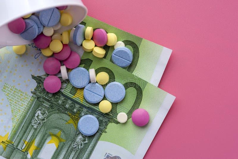 Verschillende Multicolored Pillen op Honderd Euro Rekeningen royalty-vrije stock foto