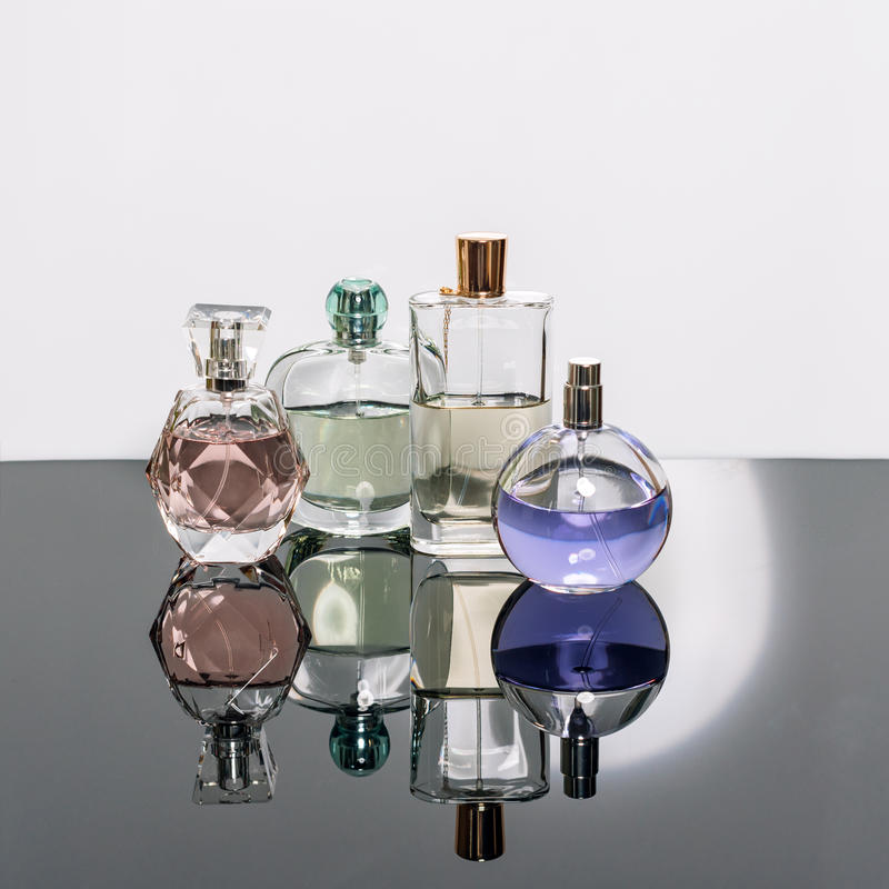 Verschillende parfumflessen met bezinningen Parfumerie, schoonheidsmiddelen royalty-vrije stock fotografie