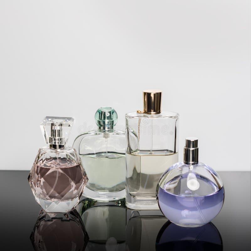 Verschillende parfumflessen met bezinningen Parfumerie, schoonheidsmiddelen stock fotografie