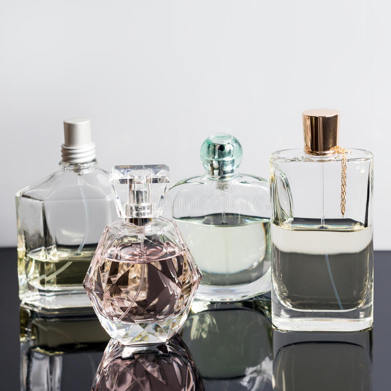 Verschillende parfumflessen met bezinningen Parfumerie, schoonheidsmiddelen stock foto's