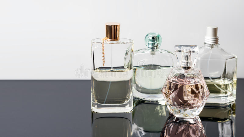 Verschillende parfumflessen met bezinningen Parfumerie, schoonheidsmiddelen Vrije ruimte voor tekst royalty-vrije stock foto's