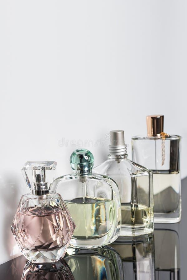 Verschillende parfumflessen met bezinningen Parfumerie, schoonheidsmiddelen Vrije ruimte voor tekst stock foto's