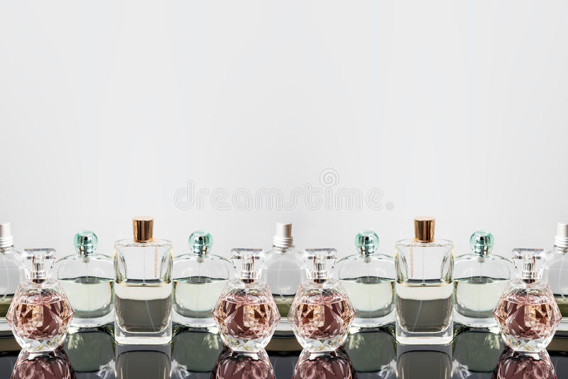 Verschillende parfumflessen met bezinningen Parfumerie, schoonheidsmiddelen Vrije ruimte voor tekst royalty-vrije stock foto