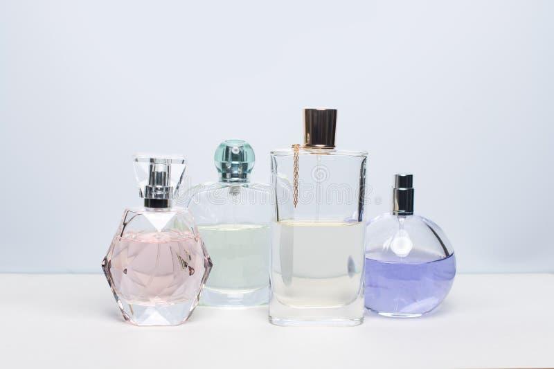 Verschillende parfumflessen op witte achtergrond Parfumerie, schoonheidsmiddelen stock afbeelding