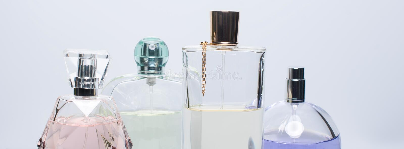 Verschillende parfumflessen op witte achtergrond Parfumerie, schoonheidsmiddelen Banner voor website stock foto's