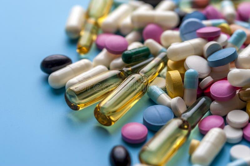 Verschillende pillen en capsules voor het gezonde leven royalty-vrije stock afbeeldingen