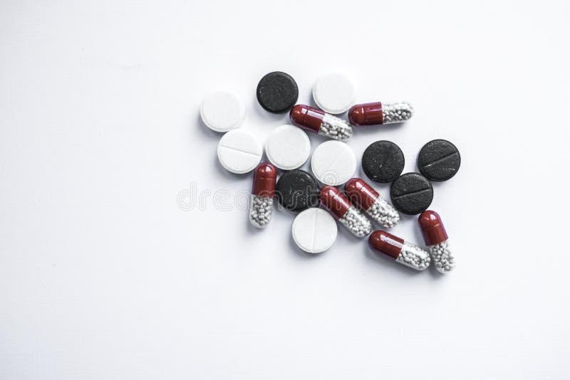 Verschillende pillen op wit royalty-vrije stock afbeelding