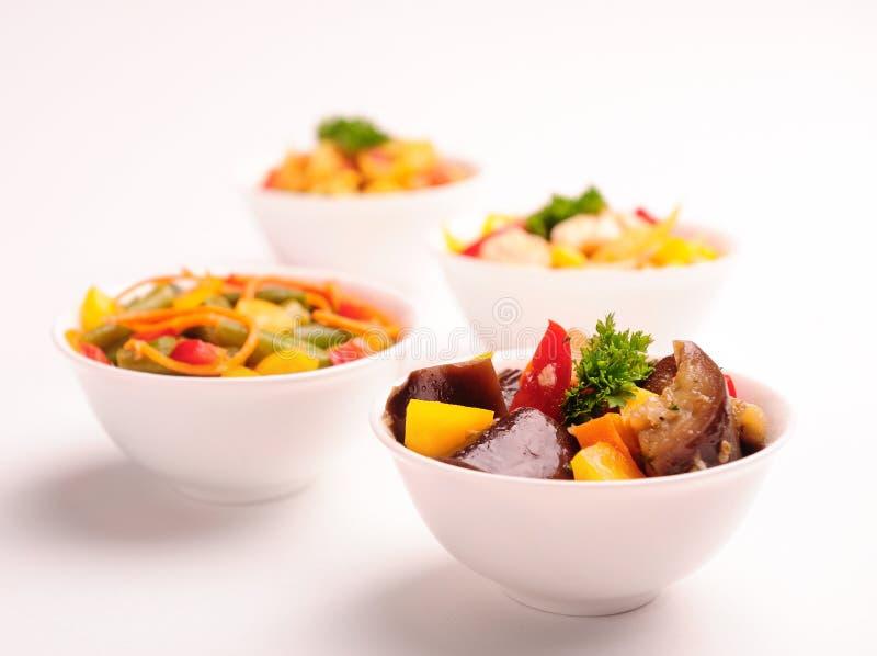 Verschillende plantaardige salades op platen. royalty-vrije stock foto