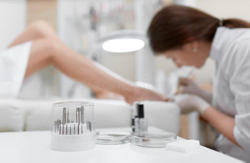 Verschillende professionele schoonheidsmiddelen en hulpmiddelen voor Franse pedicure royalty-vrije stock afbeeldingen
