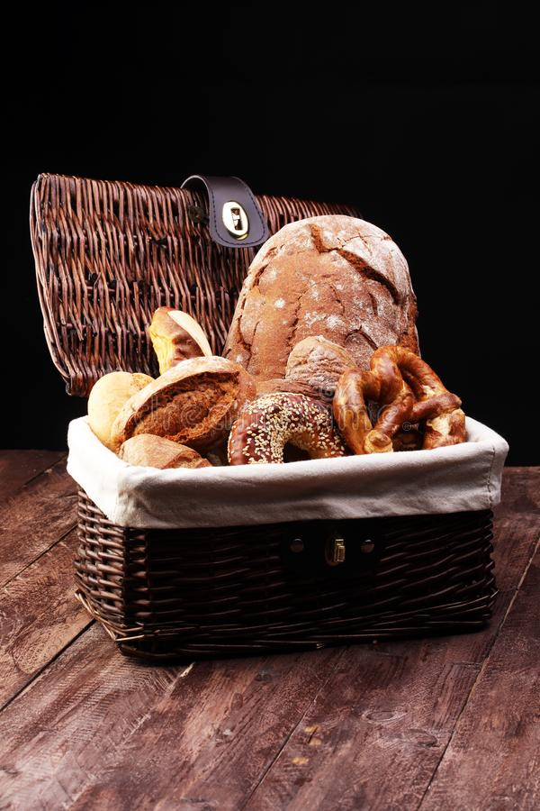 Verschillende soorten brood en broodjes aan boord van hierboven Keuken of bakkerijafficheontwerp royalty-vrije stock afbeelding