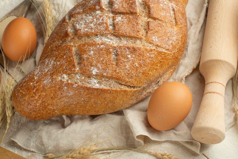 Verschillende soorten brood met tarwe en eieren, hoogste mening Het concept een bakkerij en voedselopslag royalty-vrije stock foto's