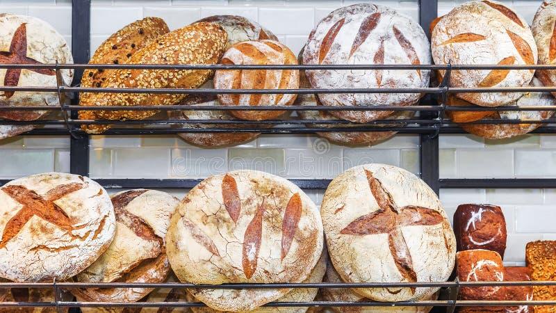 Verschillende soorten brood op de planken stock fotografie