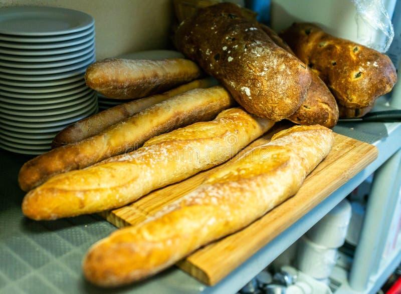 Verschillende soorten broodjes op zwart bord van hierboven Keuken of bakkerijafficheontwerp stock foto's