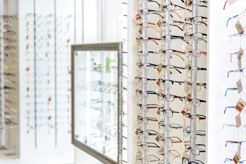 Verschillende soorten eyewear op planken royalty-vrije stock foto