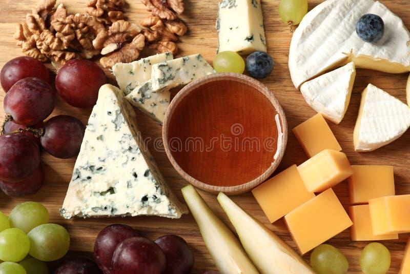 Verschillende soorten heerlijke kaas en snacks stock foto's