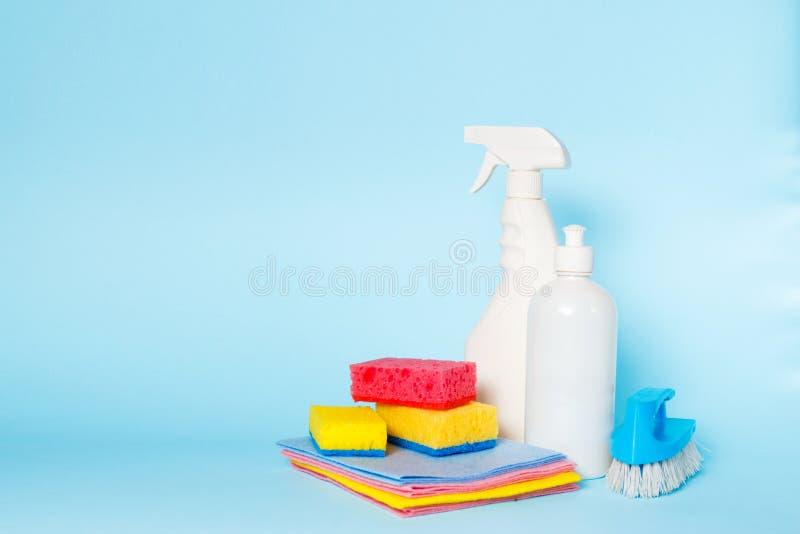 Verschillende soorten huisreinigingsmachines en kleurrijke sponsen, handschoenen op blauw Schoonmakende achtergrond Front View ho royalty-vrije stock afbeelding