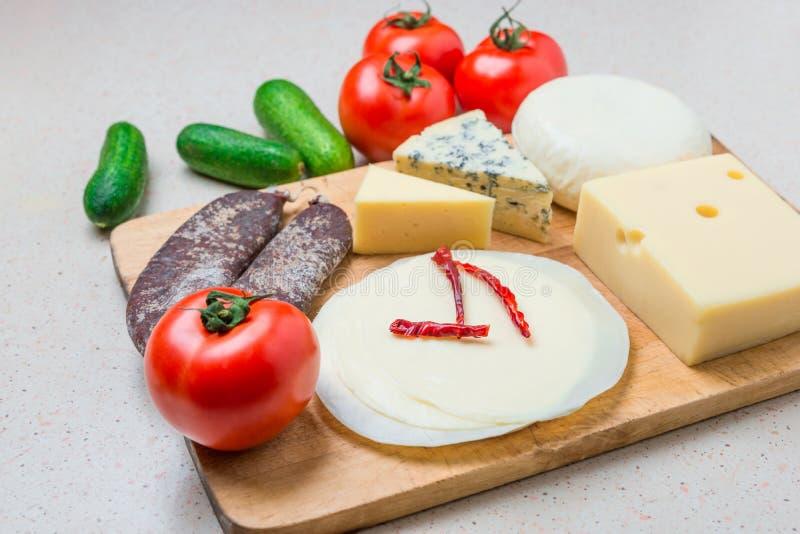 Verschillende soorten kazen, met Droog vlees, tomaten, komkommer stock afbeeldingen