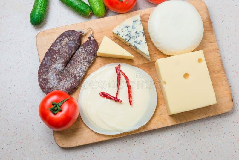 Verschillende soorten kazen, met Droog vlees, tomaten, komkommer stock foto's