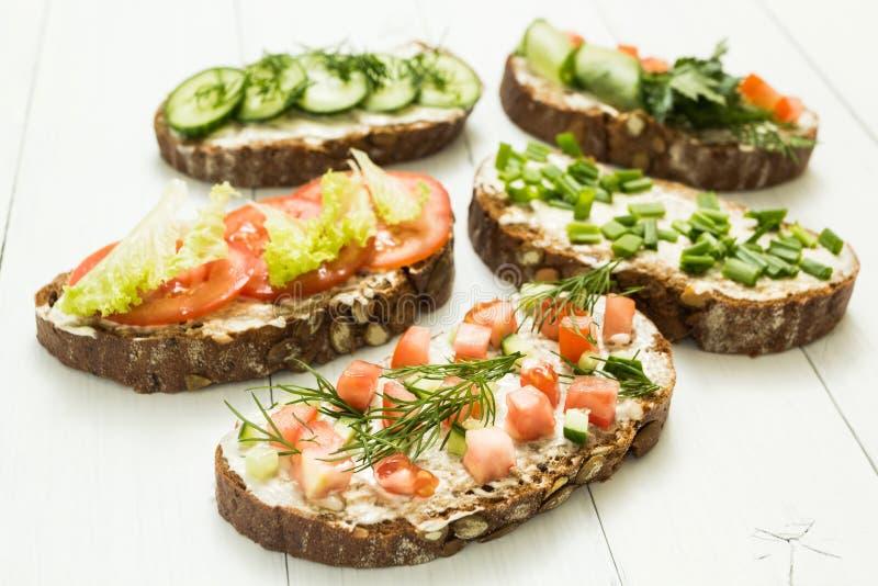Verschillende soorten kleurrijke sandwiches op witte houten achtergrond royalty-vrije stock foto's