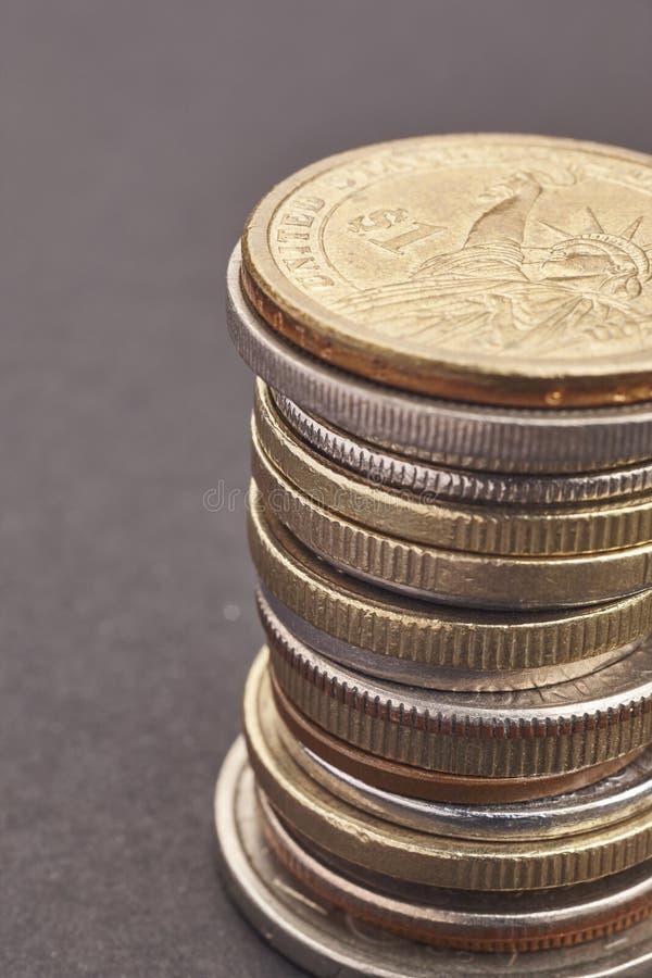 Verschillende soorten muntstukken over een zwarte achtergrond Macrodetail stock fotografie