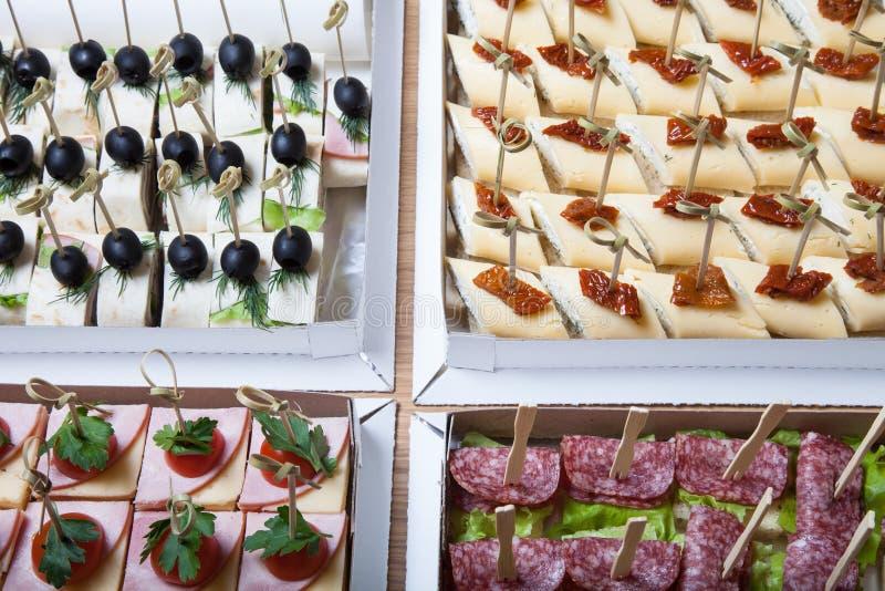 Verschillende soorten snacks canape op vleespennen Selectieve nadruk royalty-vrije stock afbeelding