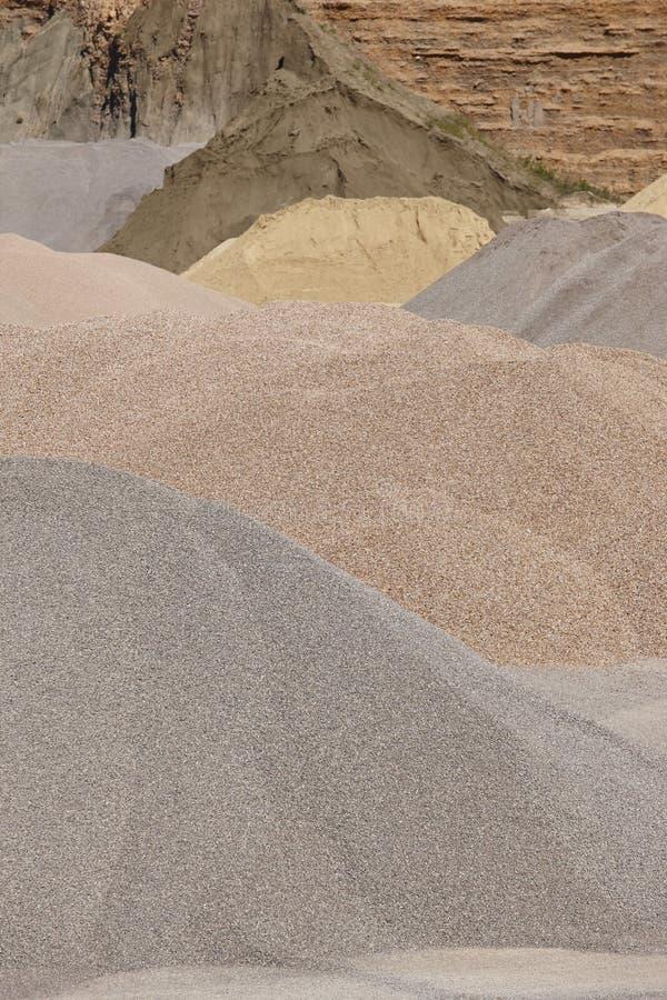 Verschillende soorten steen op een grintsteengroeve bouw stock afbeelding