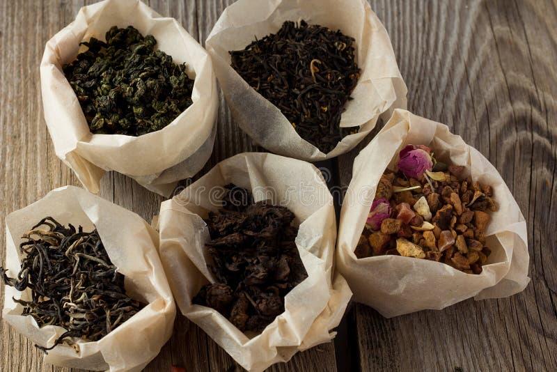 Verschillende soorten thee in document zakken stock afbeeldingen