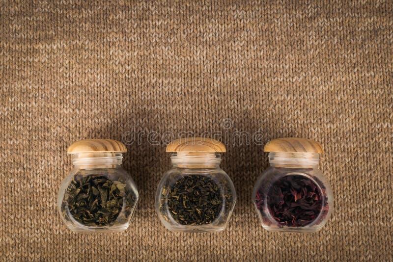 Verschillende soorten thee in kleine glaskruiken royalty-vrije stock afbeeldingen