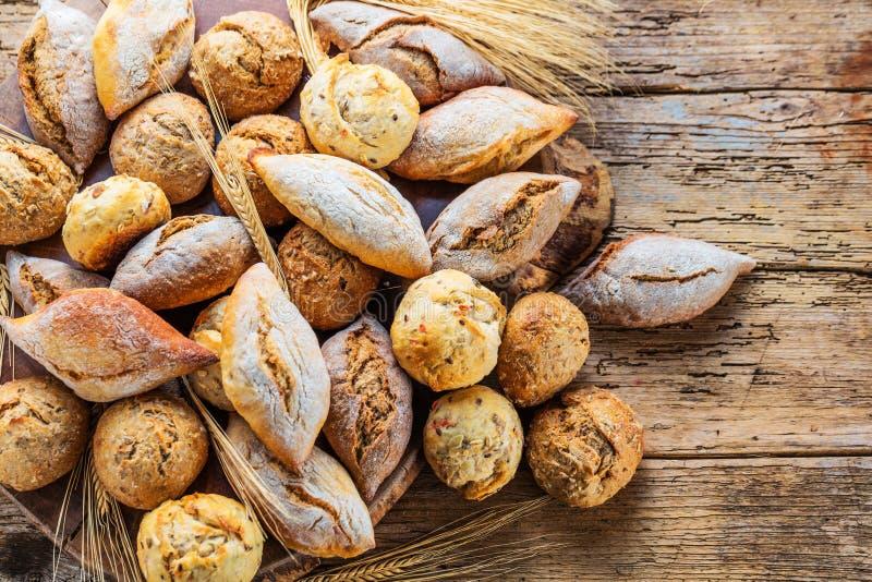 Verschillende soorten vers brood op houten lijst assortiment van brood op bruine achtergrond stock foto