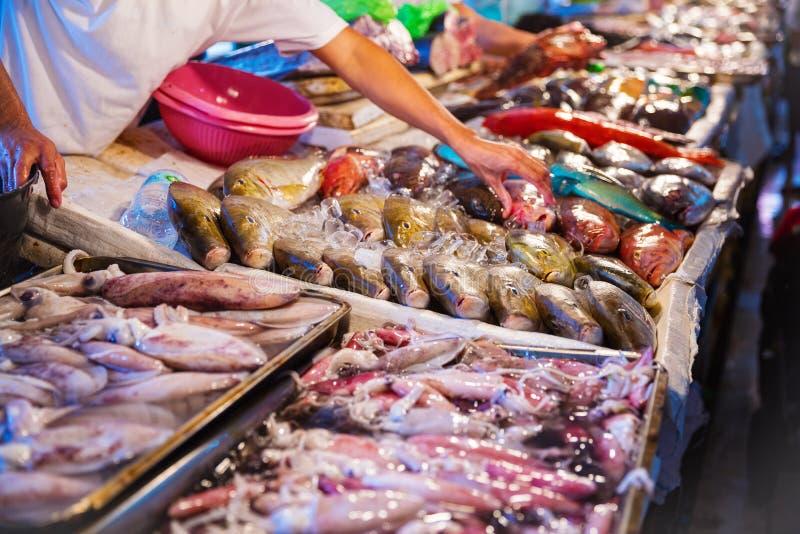 Verschillende soorten zeevruchten bij vissenmarkt royalty-vrije stock afbeelding