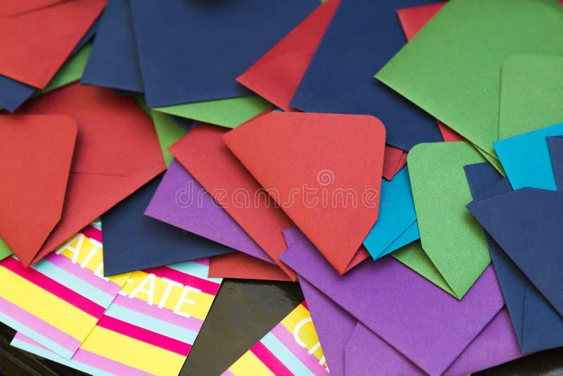 Verschillende types en kleuren van postenveloppen stock foto