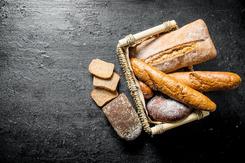 Verschillende types van brood in de mand stock afbeeldingen