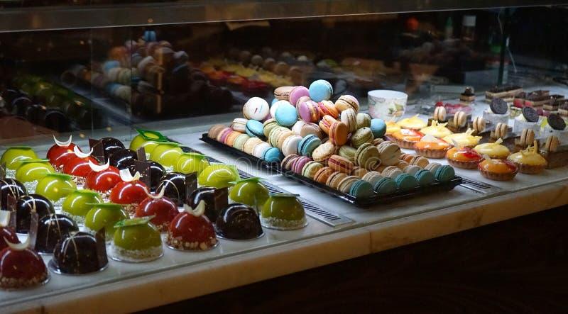 Verschillende types van cakedesserts in de vertoning van het patisserieglas stock foto's