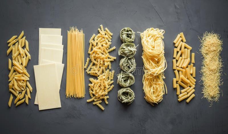 Verschillende types van deegwaren van durumtarweverscheidenheden voor het koken van Mediterrane schotels stock afbeelding