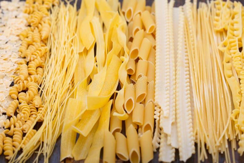 Verschillende types van deegwaren, soepnoedels en spaghetti stock foto's