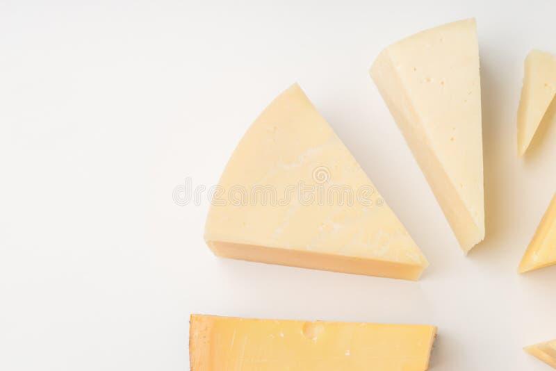 Verschillende types van kaas op witte achtergrond stock foto's
