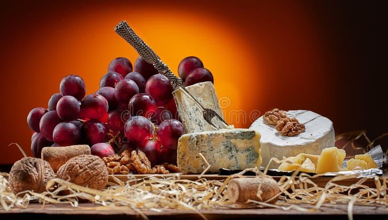 Verschillende types van kaas, uitstekende mes en vork stock afbeeldingen