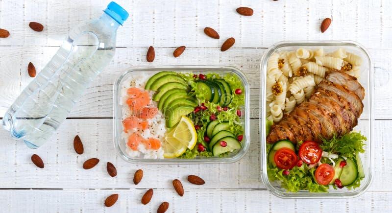 Verschillende types van lunchdozen op een witte houten achtergrond De hoogste vlakke mening, legt Heerlijke gezonde lunch stock fotografie