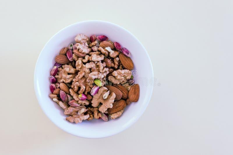 Verschillende types van noten geassorteerde okkernoten, amandelen en pistaches stock fotografie