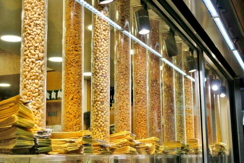 Verschillende types van notengedroogd fruit en snacks stock afbeeldingen