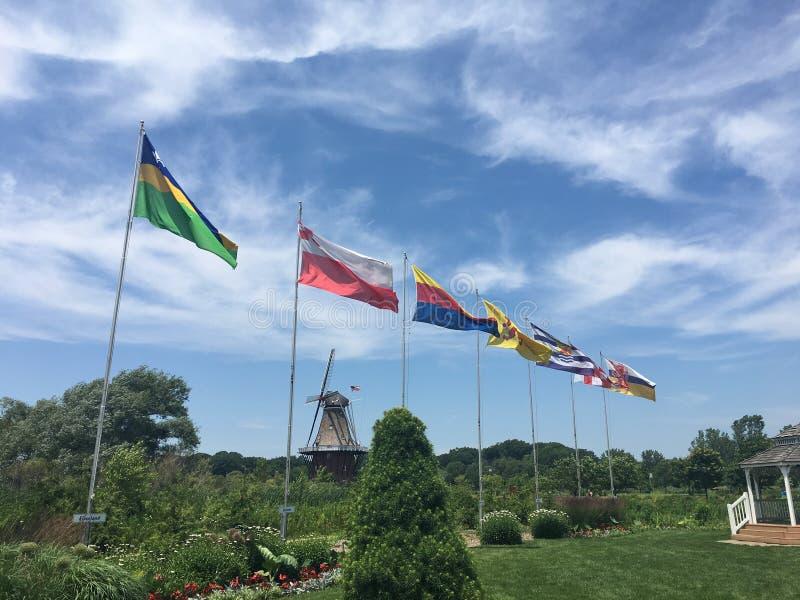 verschillende types van vlaggen in het park stock fotografie