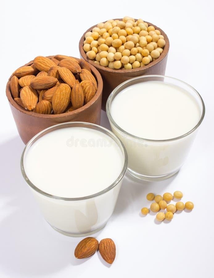 Verschillende veganistmelk - veganistvoedsel en drank stock foto's