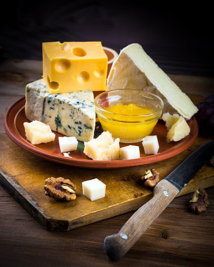 Verschillende verscheidenheden van kaas stock foto