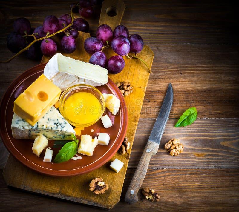 Verschillende verscheidenheden van kaas stock afbeeldingen