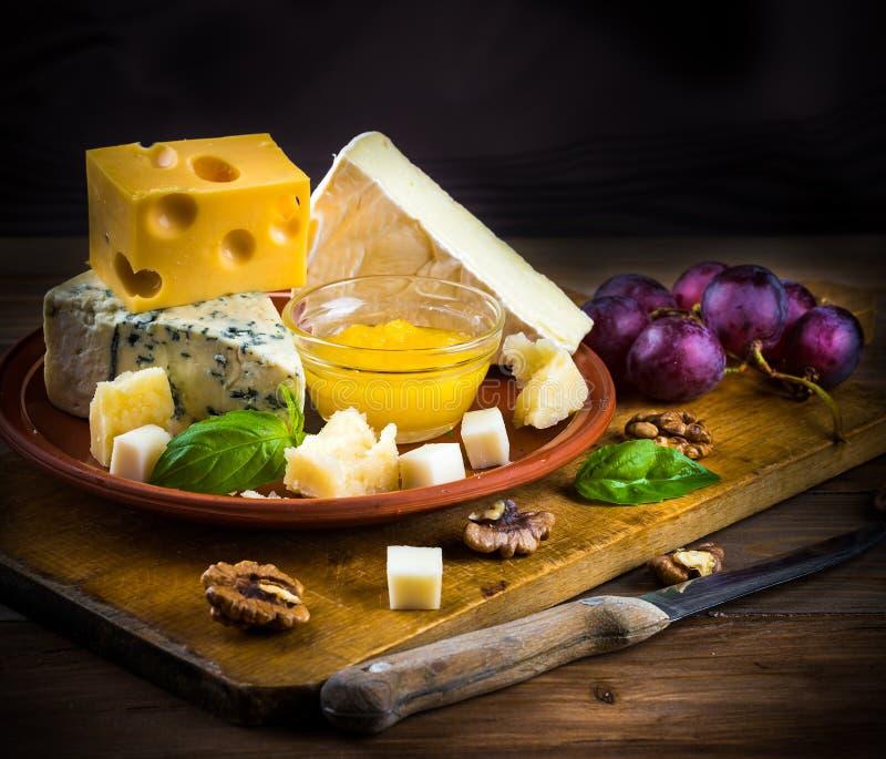 Verschillende verscheidenheden van kaas royalty-vrije stock afbeelding